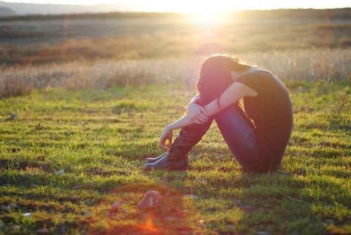 蹲下来抱抱自己的图片